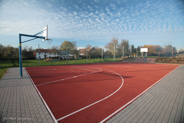 Boiska sportowe w PSP nr 1 w Zdzieszowicach.jpeg