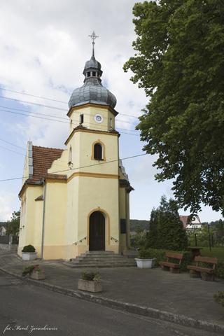 Kapliczka ku czci poległych w wojnie trzydziestoletniej w Oleszce.jpeg