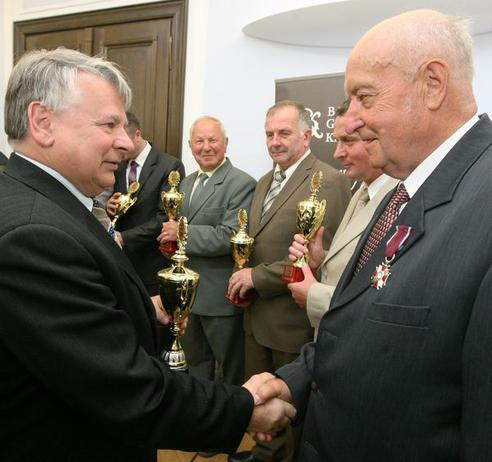 Marszalek-Senatu-Bogdan-Borusewicz-gratuluje-Kazimierzowi-Marchwiakowi_galleryfull.jpeg