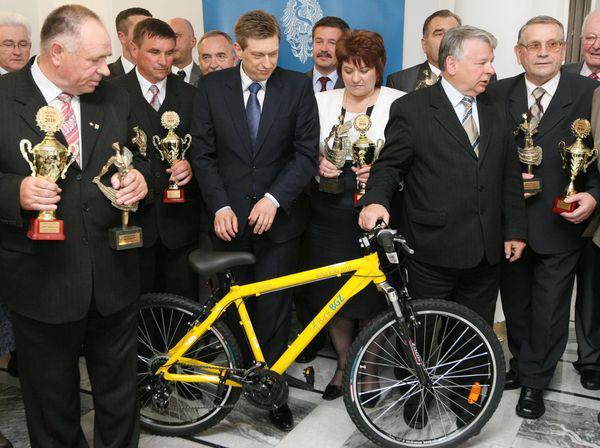 Marszalek-Senatu-z-laureatami-konkursu_galleryfull.jpeg