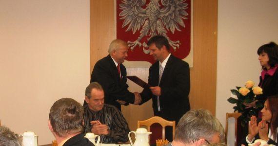 Przed otwarciem obrad Przewodniczący MKW w Zdzieszowicach Pan Arkadiusz Mróz wraz z członkiem Miejskiej Komisji Wyborczej Panią Sabiną Maczurek wręczyli wybranemu Burmistrzowi Zdzieszowic oraz nowo wybranym radnym zaświadczenia o wyborze